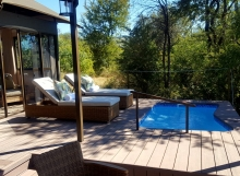 Deck with plunge pool at Old drift Lodge